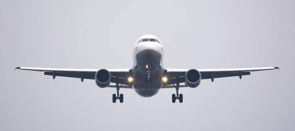 avião atual voando