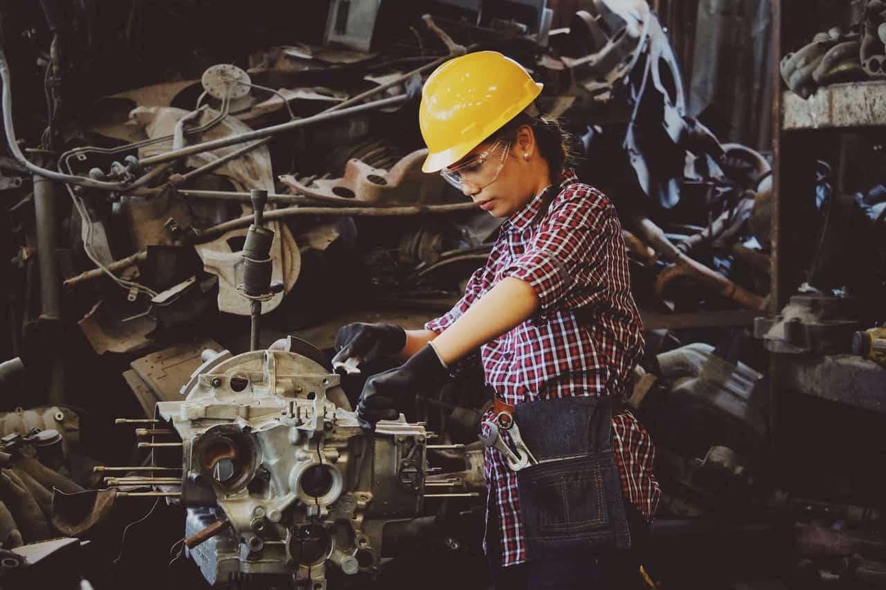 Mulher Fazendo Manutenção Preventiva Em Máquina