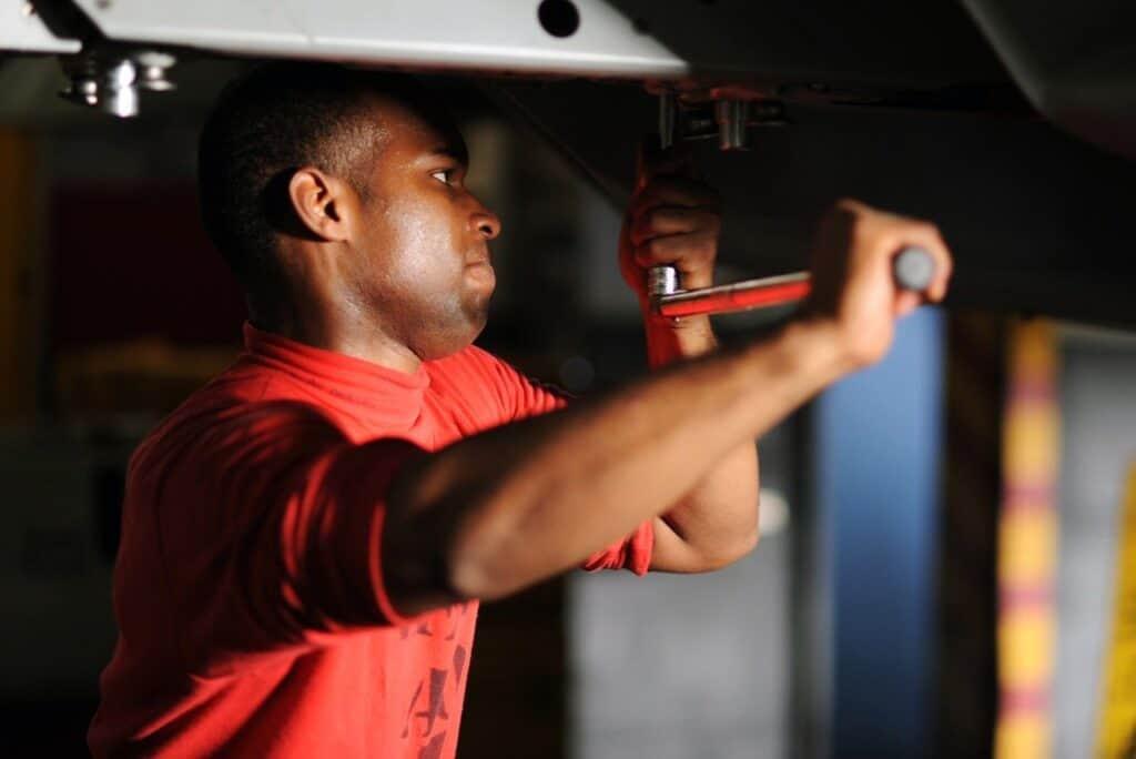 trabalhador fazendo manutenção de máquina