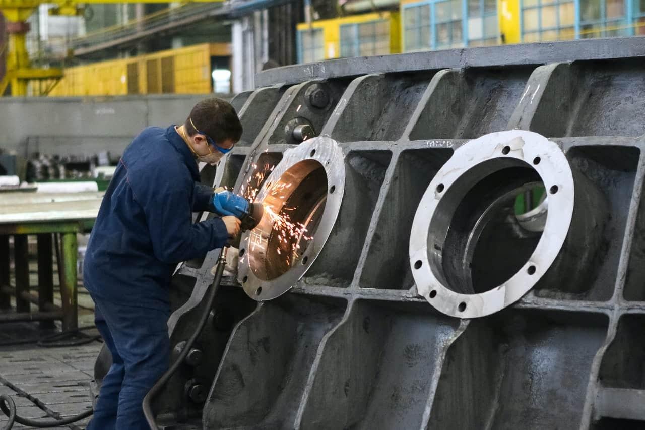 Homem Construindo Parte De Maquina