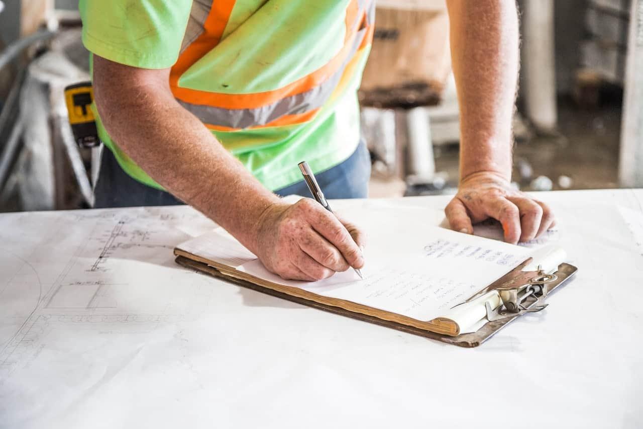 Trabalhador Fazendo Checagem De Manutenção Preditiva