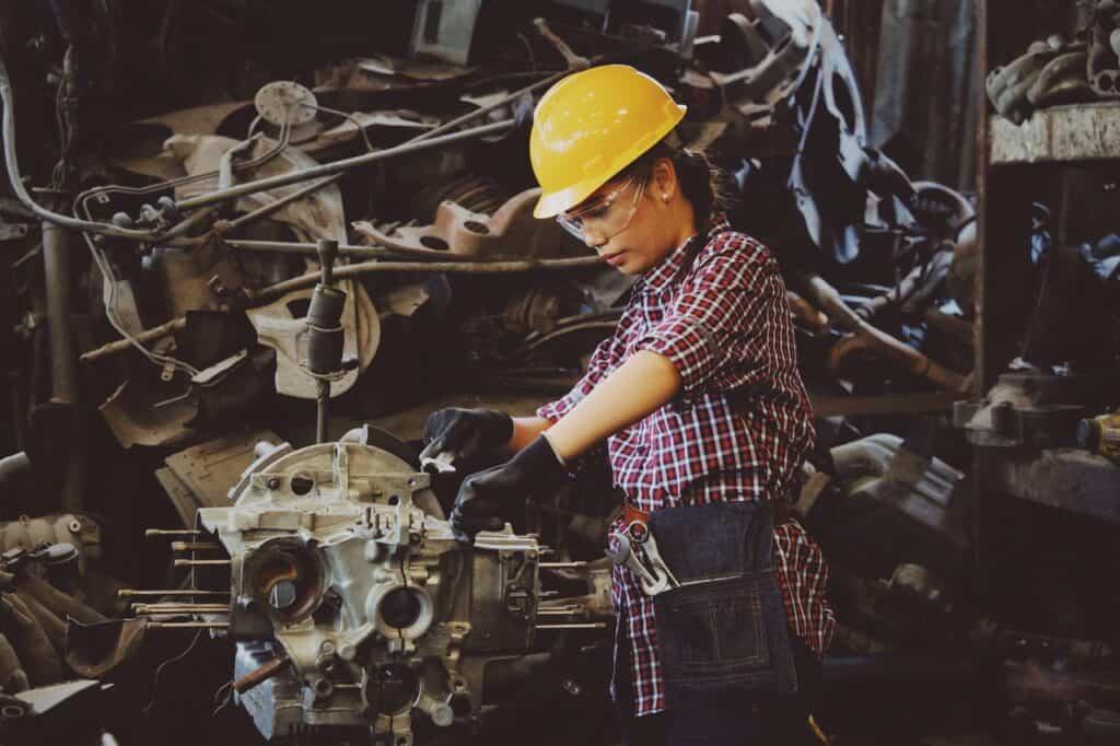 trabalhadora fazendo trabalho manual