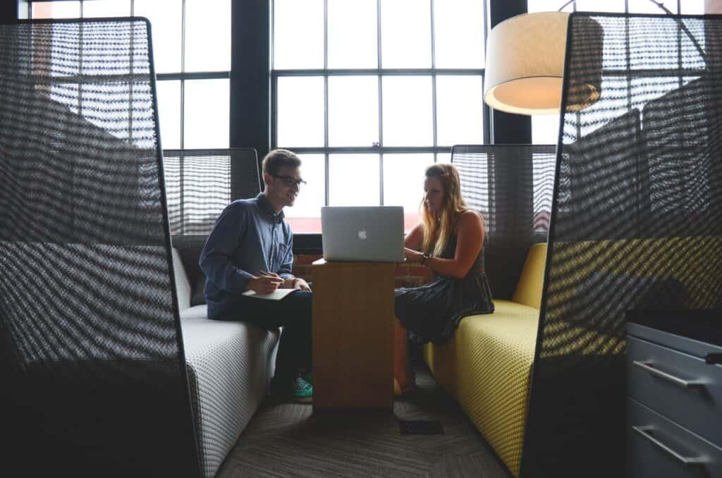 trabalhadores fazendo reunião virtual