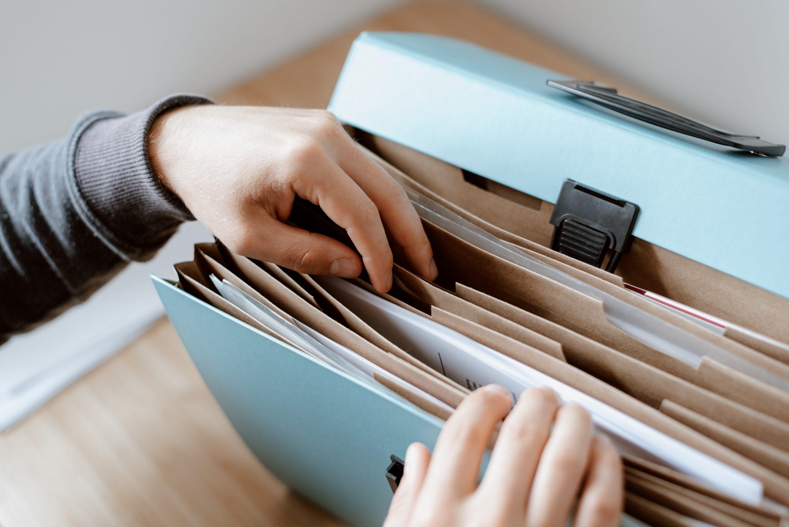 Pessoa Tendo Organização Nos Documentos