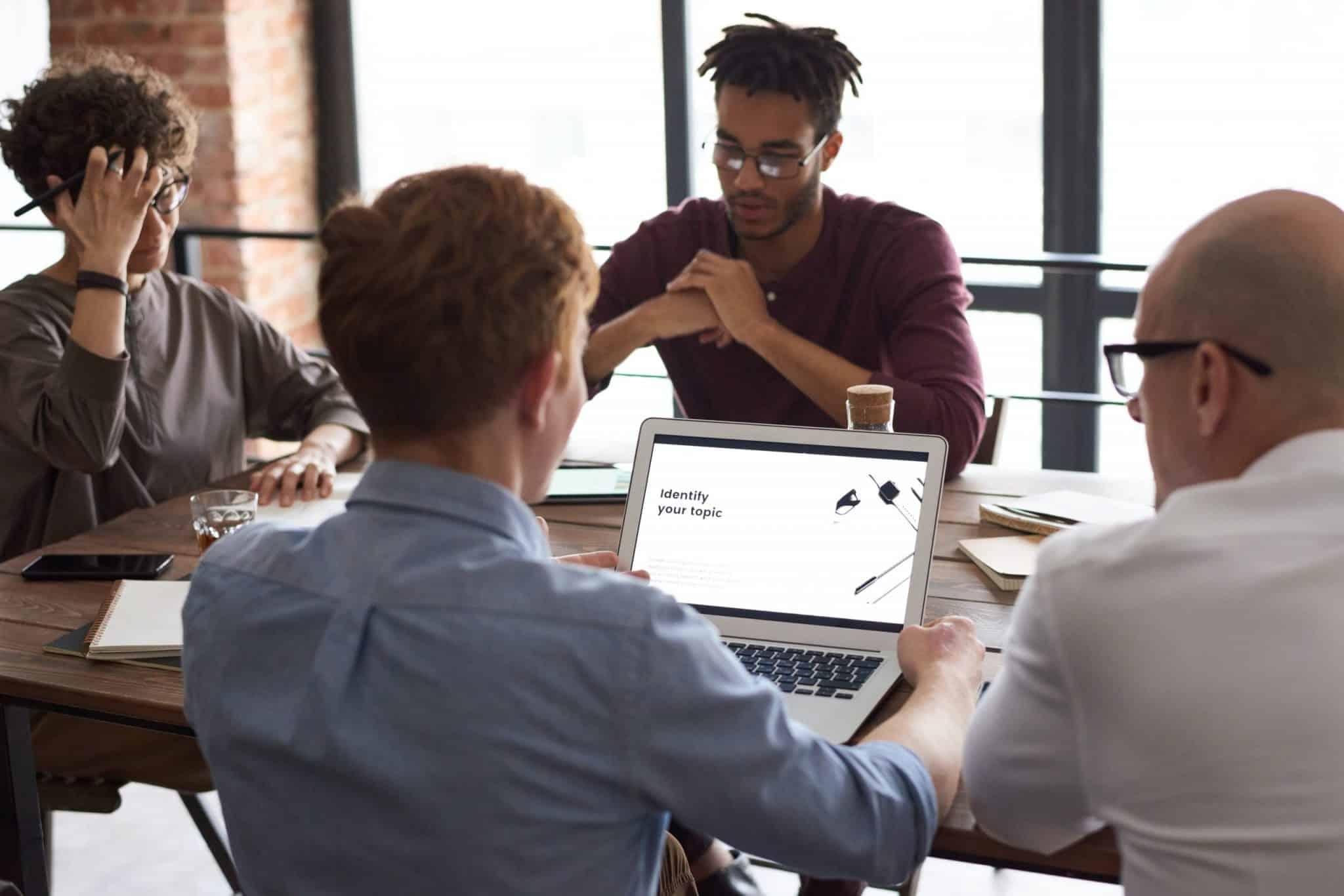 Pessoas Estudando Sobre A Tecnologia Para Empresas