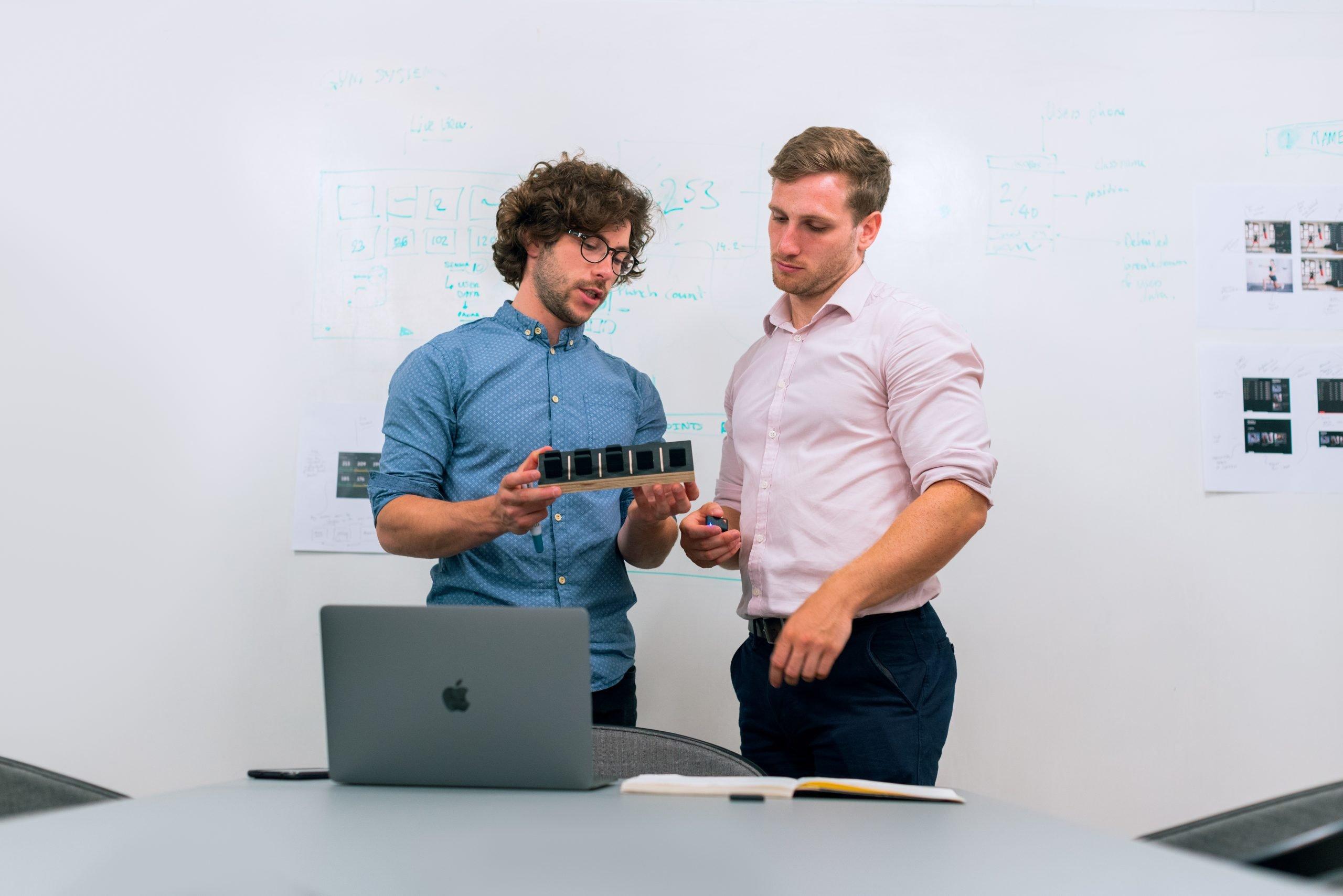 Pessoas Analisando A Funcionalidade Da Impressora 3D